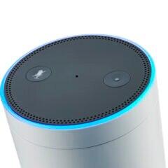 Amazon Echo auf weißem Grund, Symbolbild für beliebte Alexa Skills