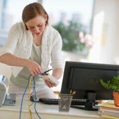 Frau installiert Router