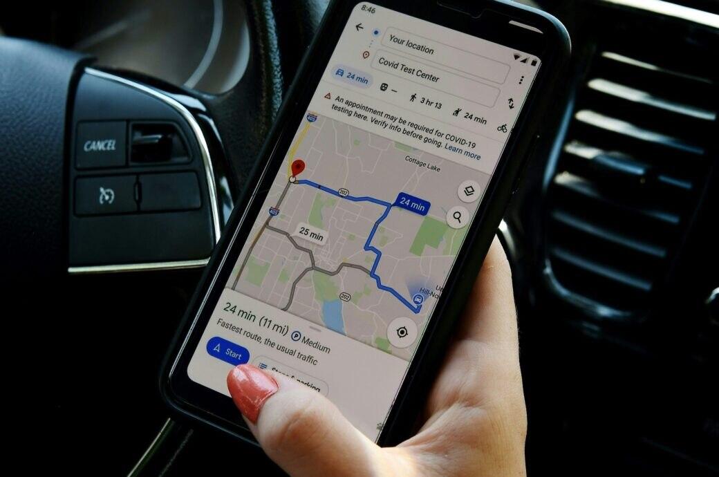 Google Maps neue Funktionen: Anwendung auf einem Smartphone im Auto