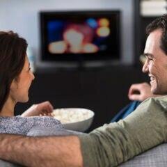 Corona Kino Streaming: Mann und Frau schauen zusammen einen Film auf dem Sofa
